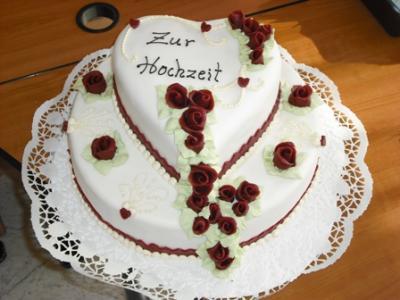 Hochzeitstorte mit aufgesetztem Herz und handmodellierten ...